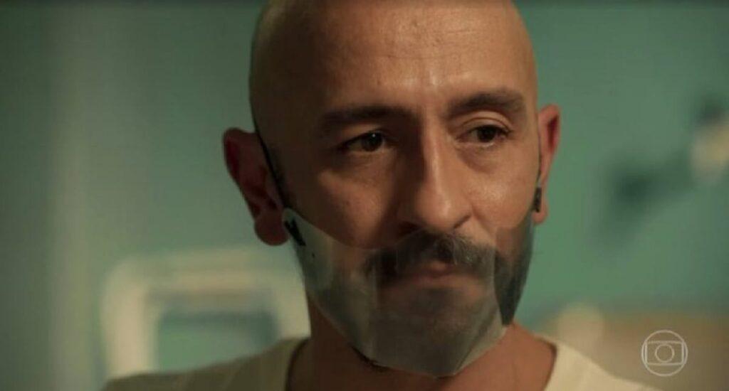Máscara usada por Álvaro (Irandhir Santos) gerou discussão